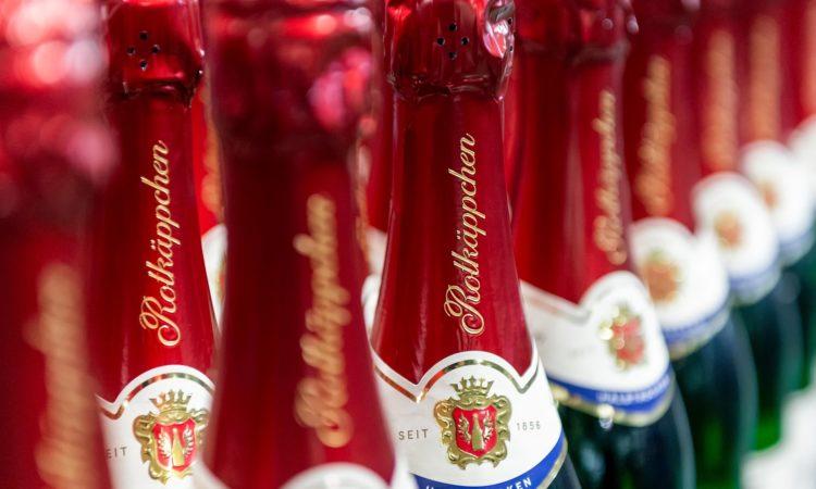 Gruppe von Flaschen mit Rotkäppchen Sekt halbtrocken